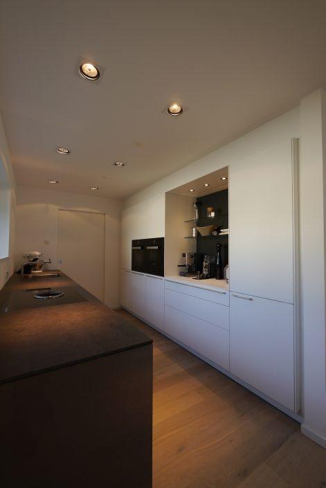 Schreinerküchen Bulthaup b3 Laminat weiß, Hochglanz aubergine, Keramik-Arbeitsplatte