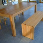 Holztisch und Holzbänke